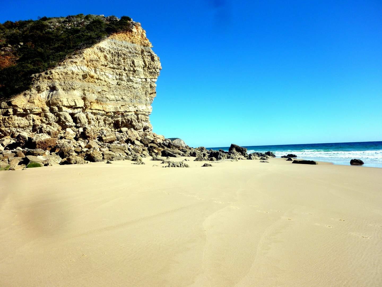 Der Innbegriff der Algarve: Von Felsen umgebene kleine Sandbuchten. Steil ins Meer fallenden Klippen. Türkisblaues Wasser. Idyllische Strände.