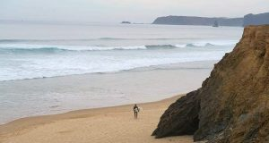 Surfen in der Algarve: Surfer in Vale Figueiras