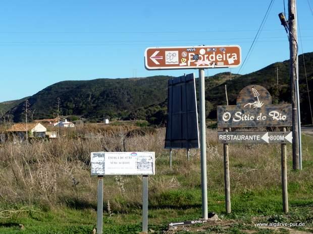 Hinweisschilder zum Restaurant O Sitio do Rio, Carrapateira, Algarve, Portugal