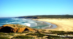 Aussicht auf den Praia da Bordeira, Algarve, Portugal