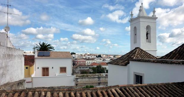 Ferien in Tavira an der Sand-Algarve, Blick über die Dächer von Tavira, Portugal
