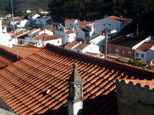 Odeceixe - Stadtrundgang Blick von der Gasse über die Dächer