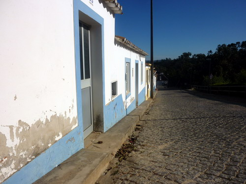 Odeceixe - Stadtrundgang lange weiße Häuserreihen
