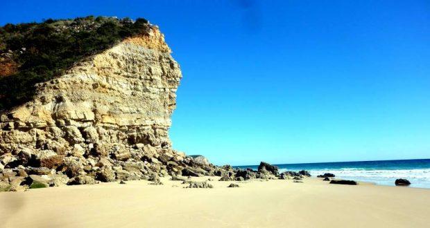 Der Innbegriff der Algarve: Von Felsen umgebene kleine Sandbuchten. Steil ins Meer fallenden Klippen. Türkisblaues Wasser. Idyllische Strände. algarve-pur.de