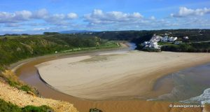 Der Strand Praia de Seixe ist eine Landzunge, die komplett mit Sand bedeckt ist und daher aussieht wie eine große Düne. Sie trennt den Fluss Ribeira de Seixe, der hier in den Atlantik mündet. Er windet sich in zwei weiten Bögen am Strand vorbei, wobei er den Strand halb umrundet, um dann im Norden des Tales ins Meer zu fließen.