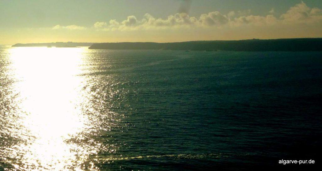 wandern Algarve: Ausblick gegen die Sonne bis nach Sagres