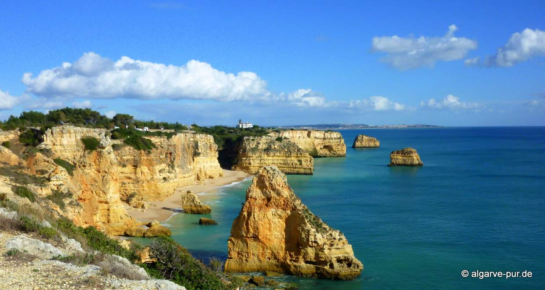 Tauchen in der Algarve: Höhlen, Grotten, Schiffswracks Getaucht wird vor allem an der Felsalgarve und an der Westküste. Anfänger können jeden Tauchgang genießen. Es muss nicht sehr tief getaucht werden, um die farbenprächtige Unterwasserwelt der Algarve zu sehen. Selbst das wundervolle Erlebnis eines Höhlentauchgangs ist in der Algarve auch für noch unerfahrene Taucher möglich.