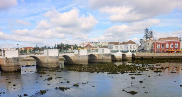 Römische Brücke in Tavira, Algarve, Portugal